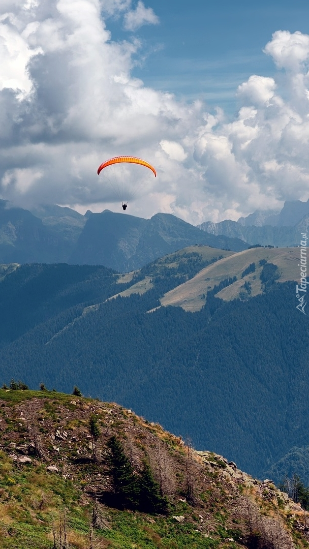 Paralotniarz nad górami