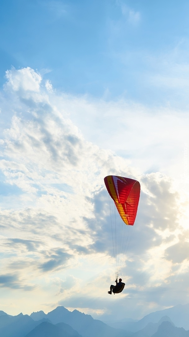 Paralotniarz w chmurach