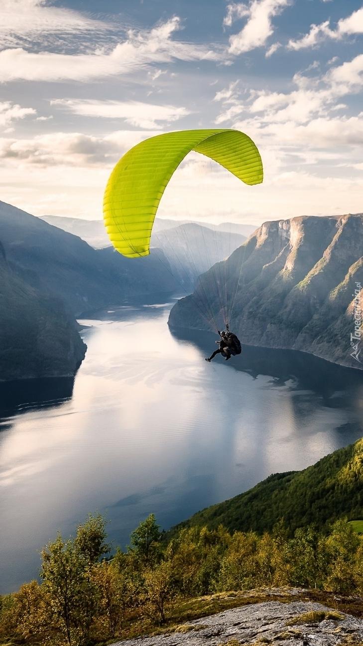 Paralotniarz w norweskich fiordach