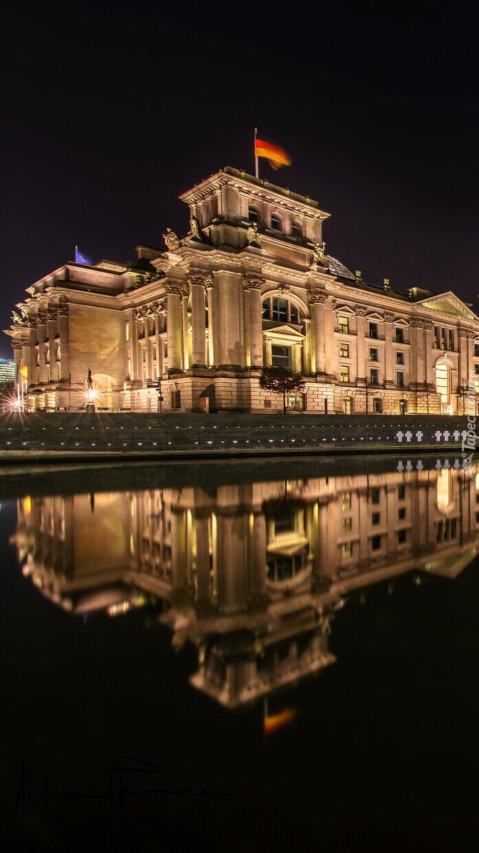 Parlament w Berlinie nocą