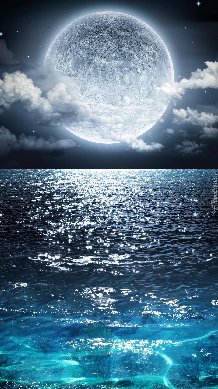 Pełnia księżyca nad morzem