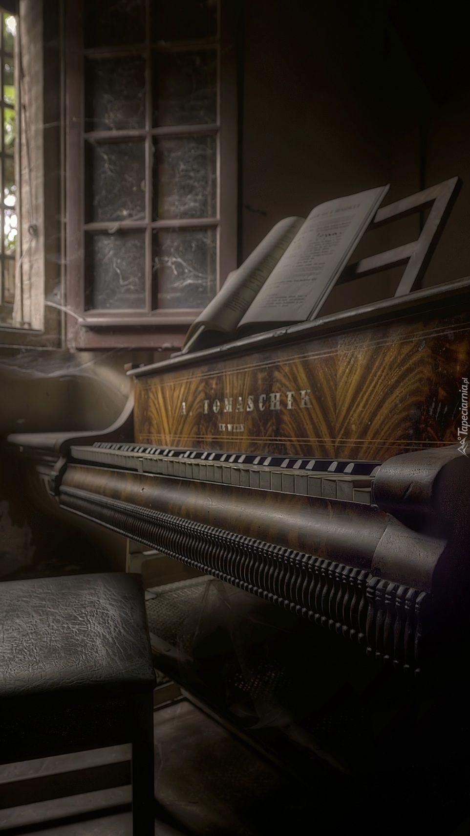 Pianino pod oknem w zaniedbanym pokoju