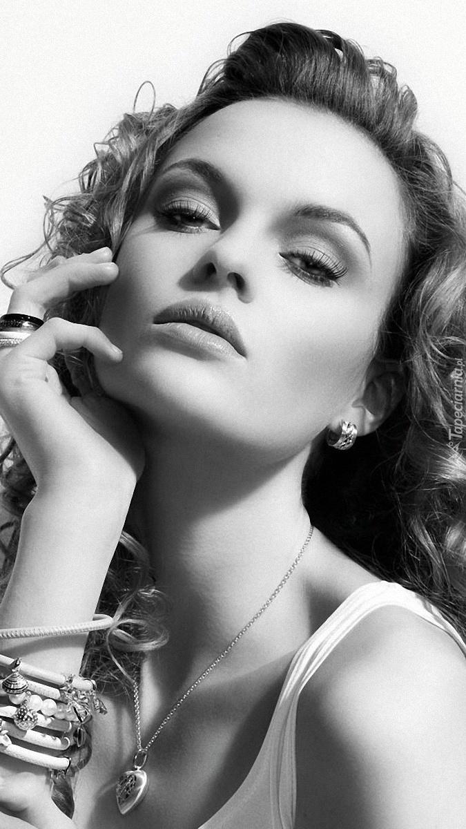 Piękna kobieta w biżuterii