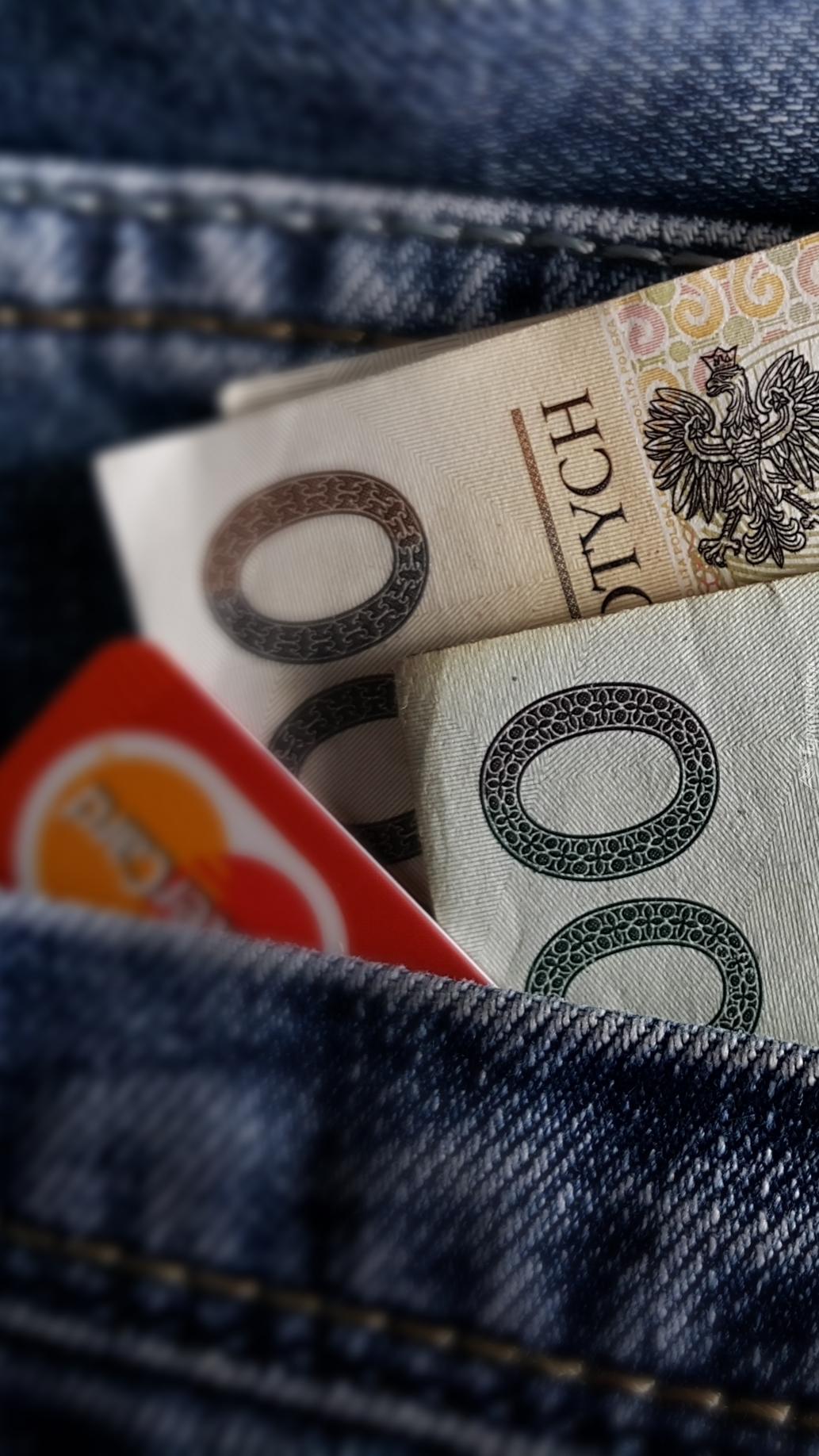 Pieniądze i karta w  kieszeni