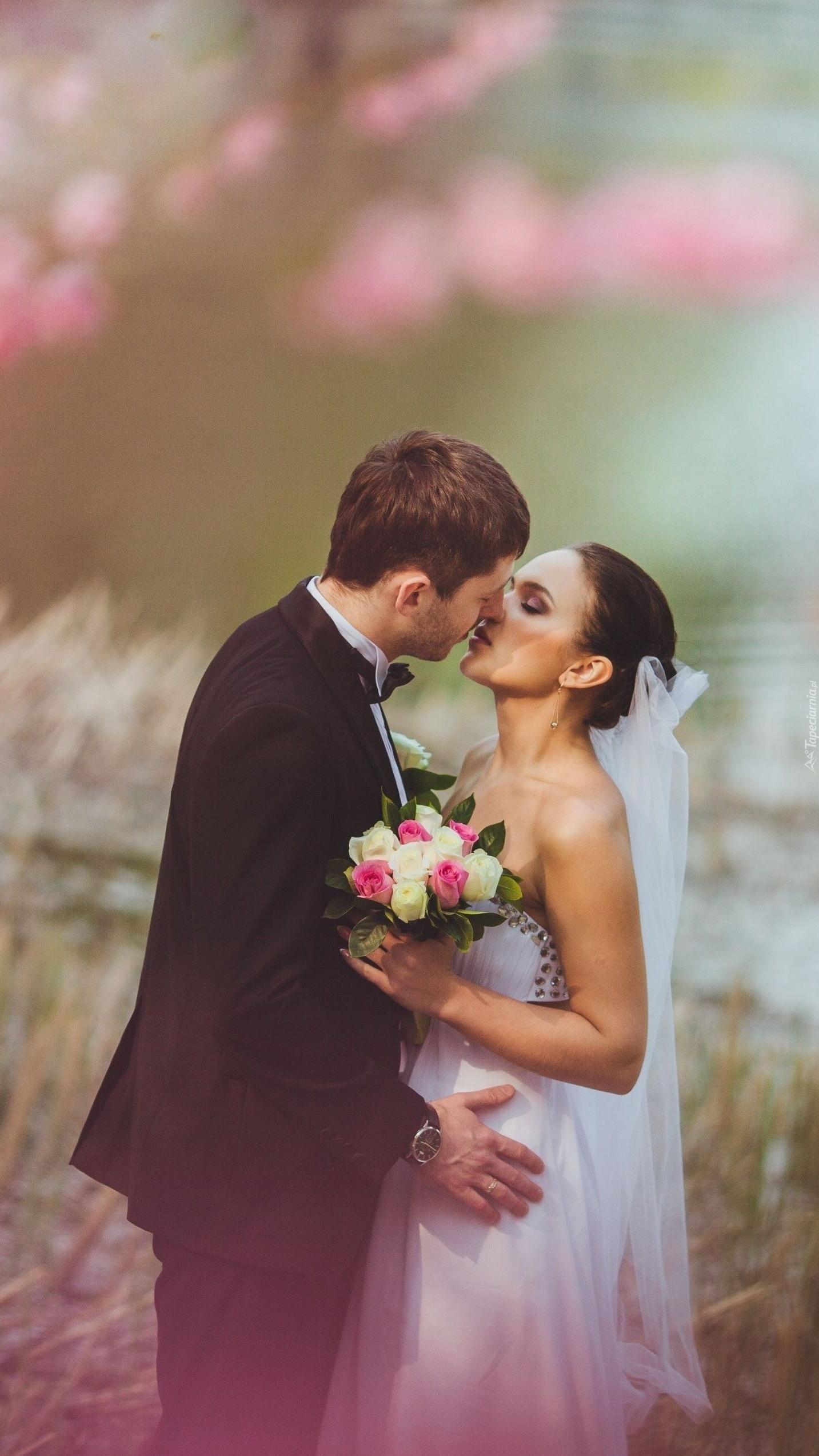 Pierwszy pocałunek po zaślubinach