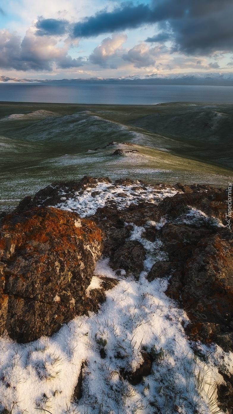 Pierwszy śnieg na wzgórzach i skałach