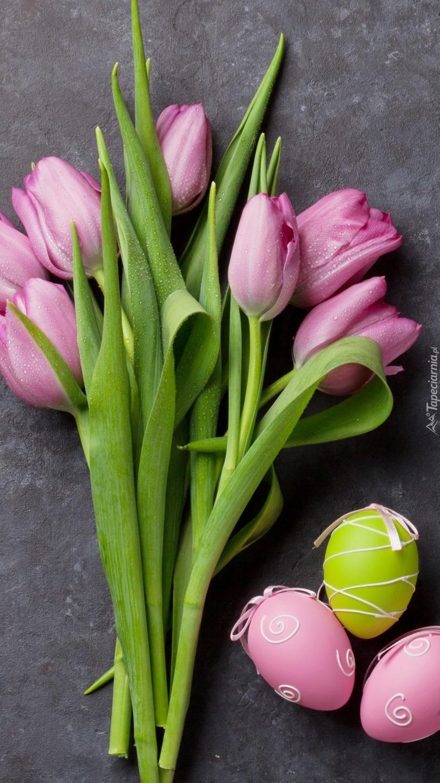 Pisanki obok tulipanów