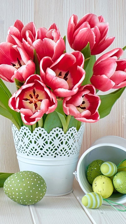 Pisanki obok wazonu z tulipanami