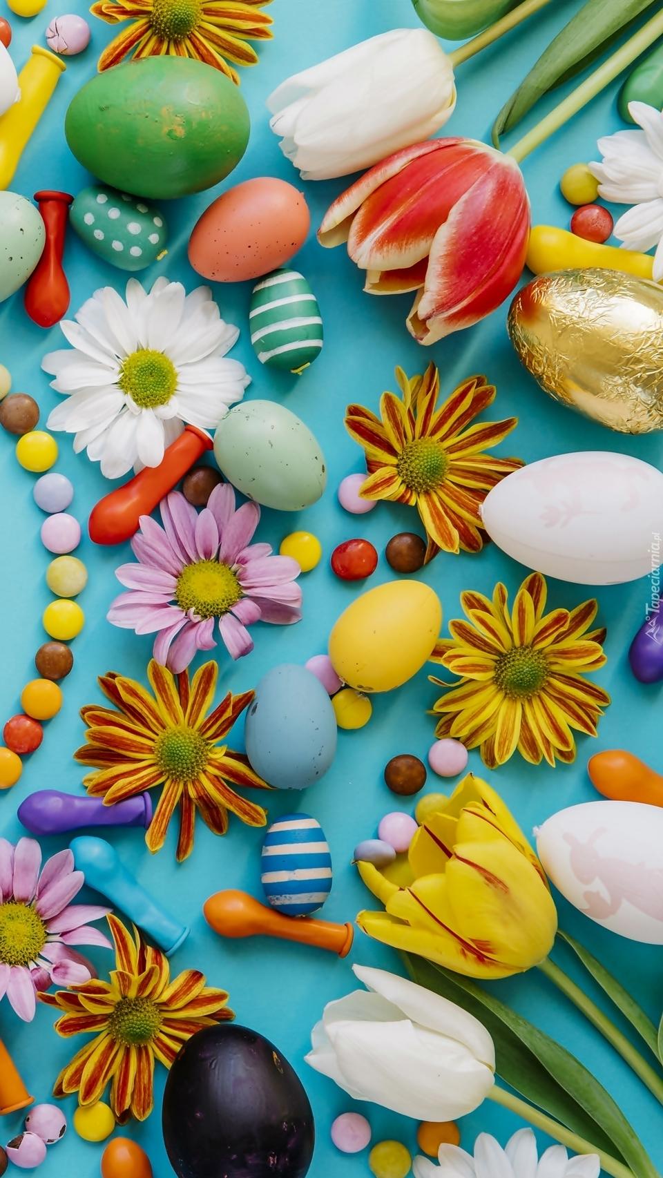 Pisanki z kwiatami i cukierkami