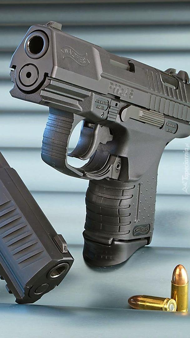 Pistolet i dwa naboje