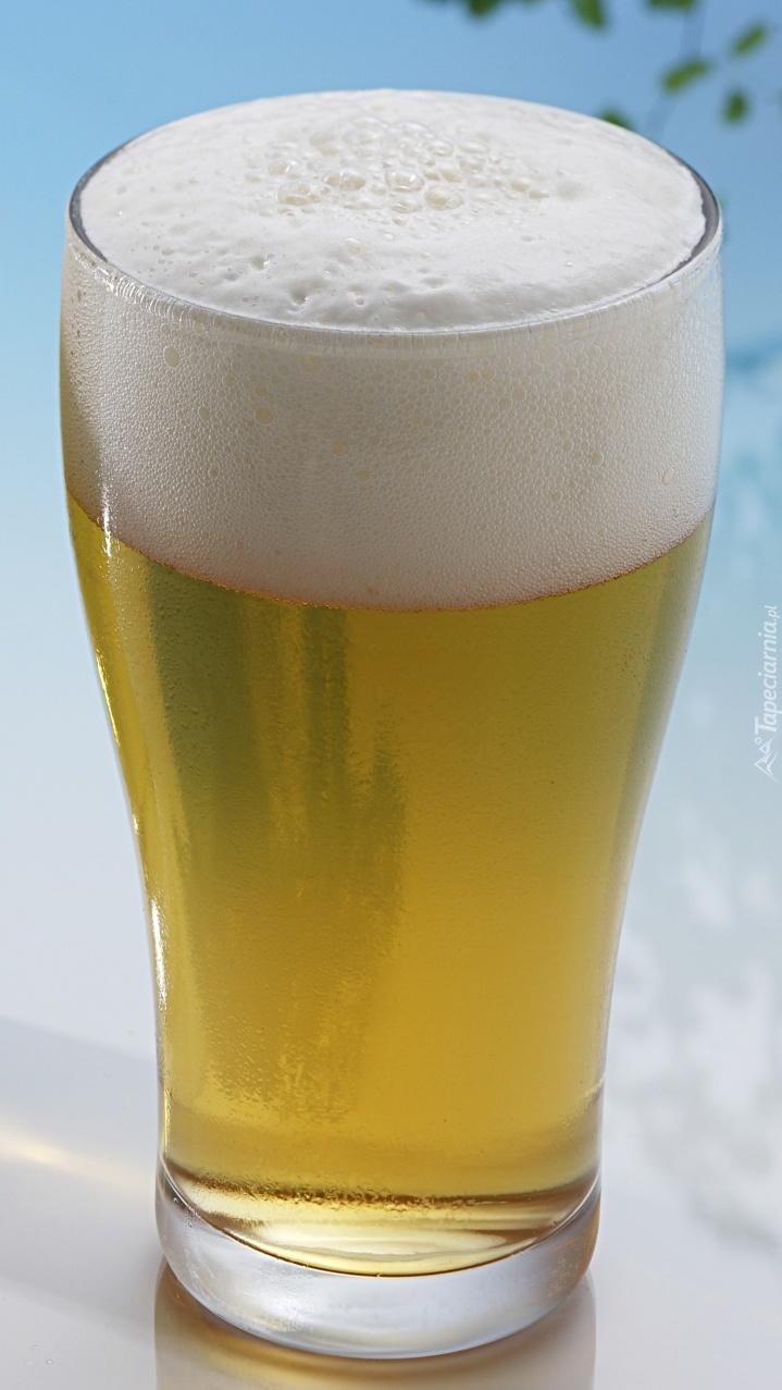 Piwo z pianką w szklance