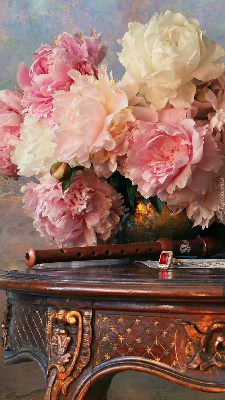Piwonie i flet na stoliku
