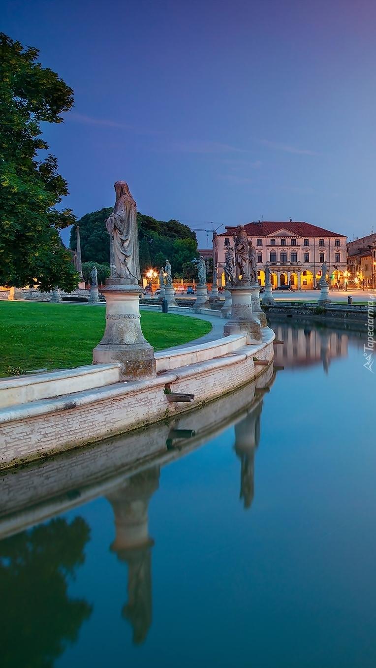 Plac Prato della Valle i posągi wzdłuż kanału