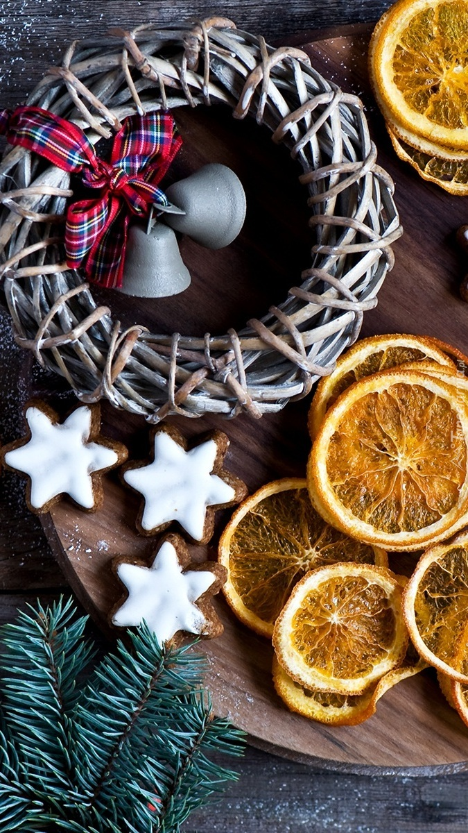 Plastry pomarańczy obok pierniczków