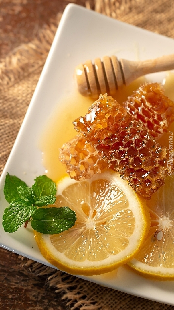 Plastry pszczele z cytryną na talerzu
