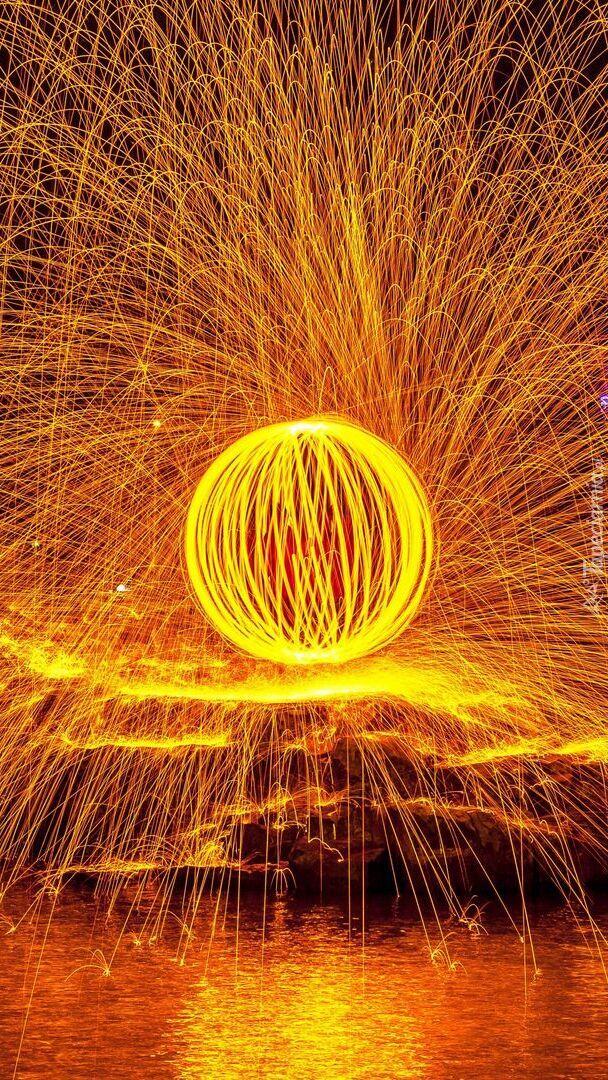 Płomienista kula z iskrami