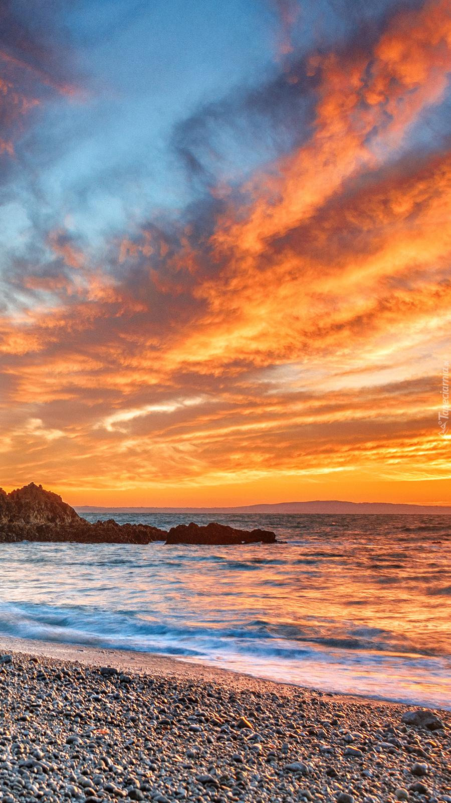 Płonące niebo nad plażą