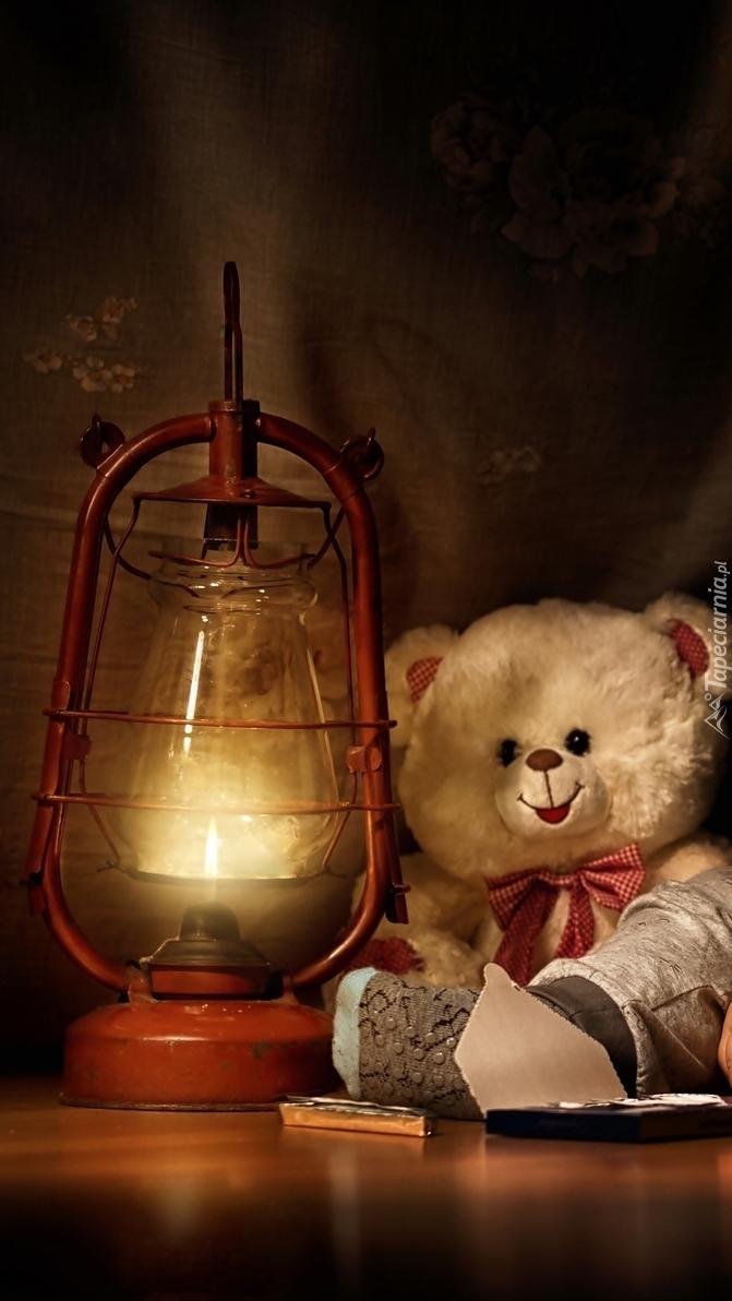 Pluszowy miś przy lampie