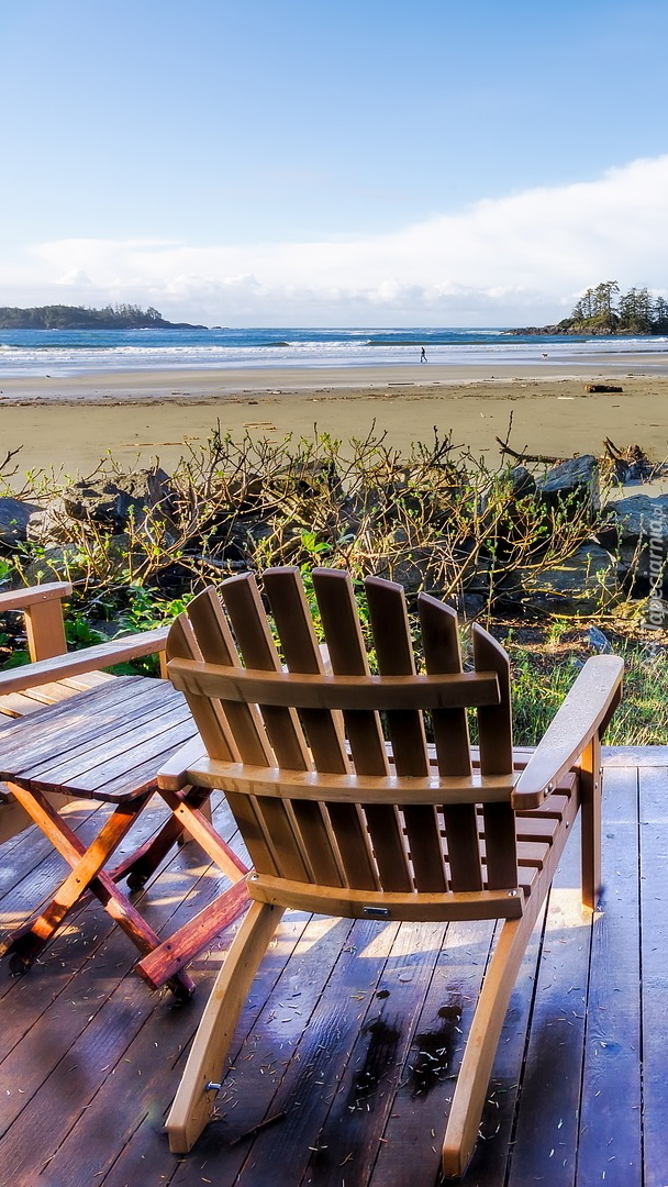Podest z krzesłami na plaży