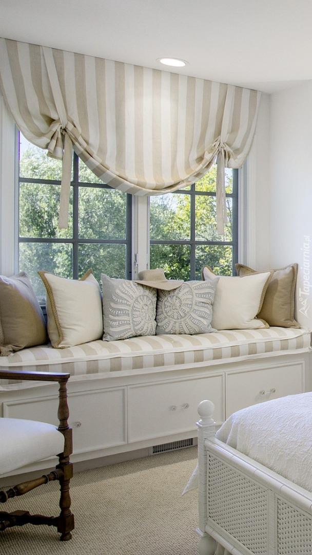 Poduszki na siedzisku pod oknem