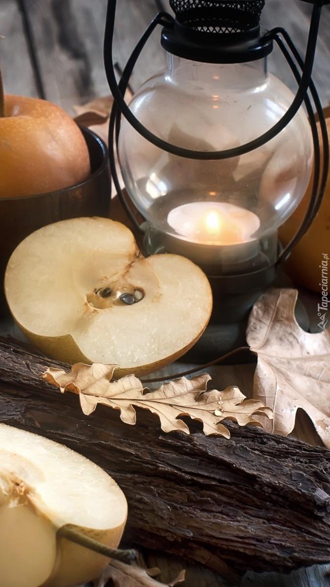 Połówka jabłka obok lampionu