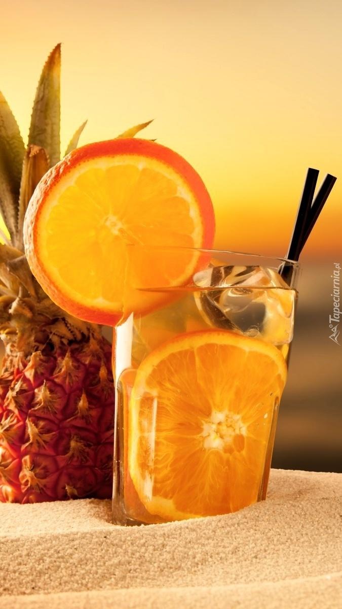 Pomarańczowy drink na piasku