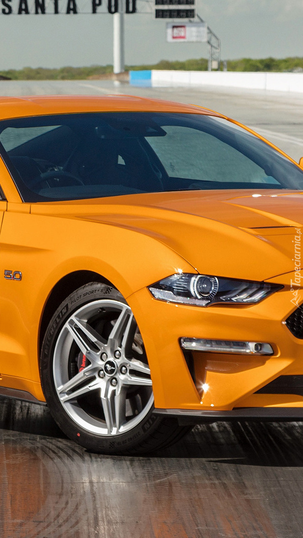 Pomarańczowy Ford Mustang VI GT