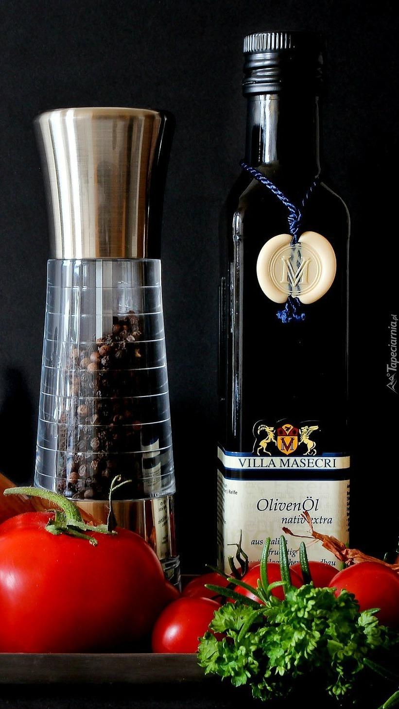 Pomidory obok pieprzu i oliwy