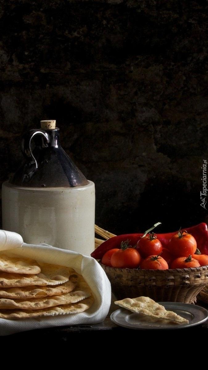 Pomidory w koszyku i maca