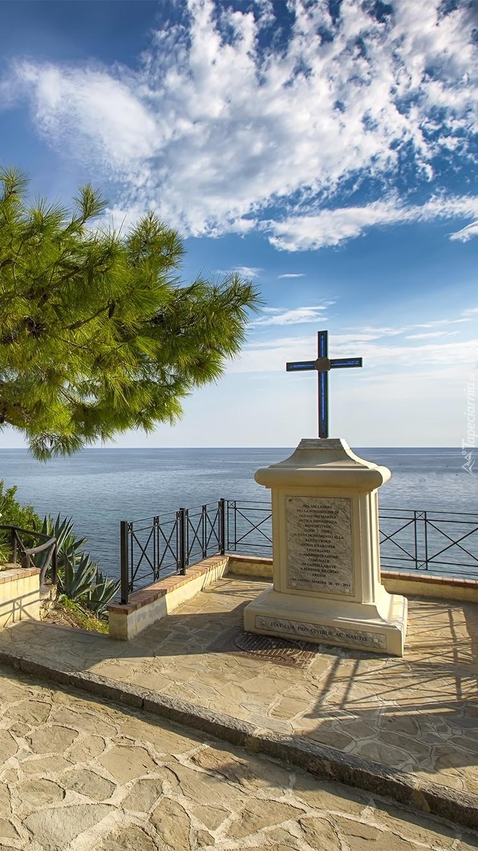 Pomnik z krzyżem nad morzem