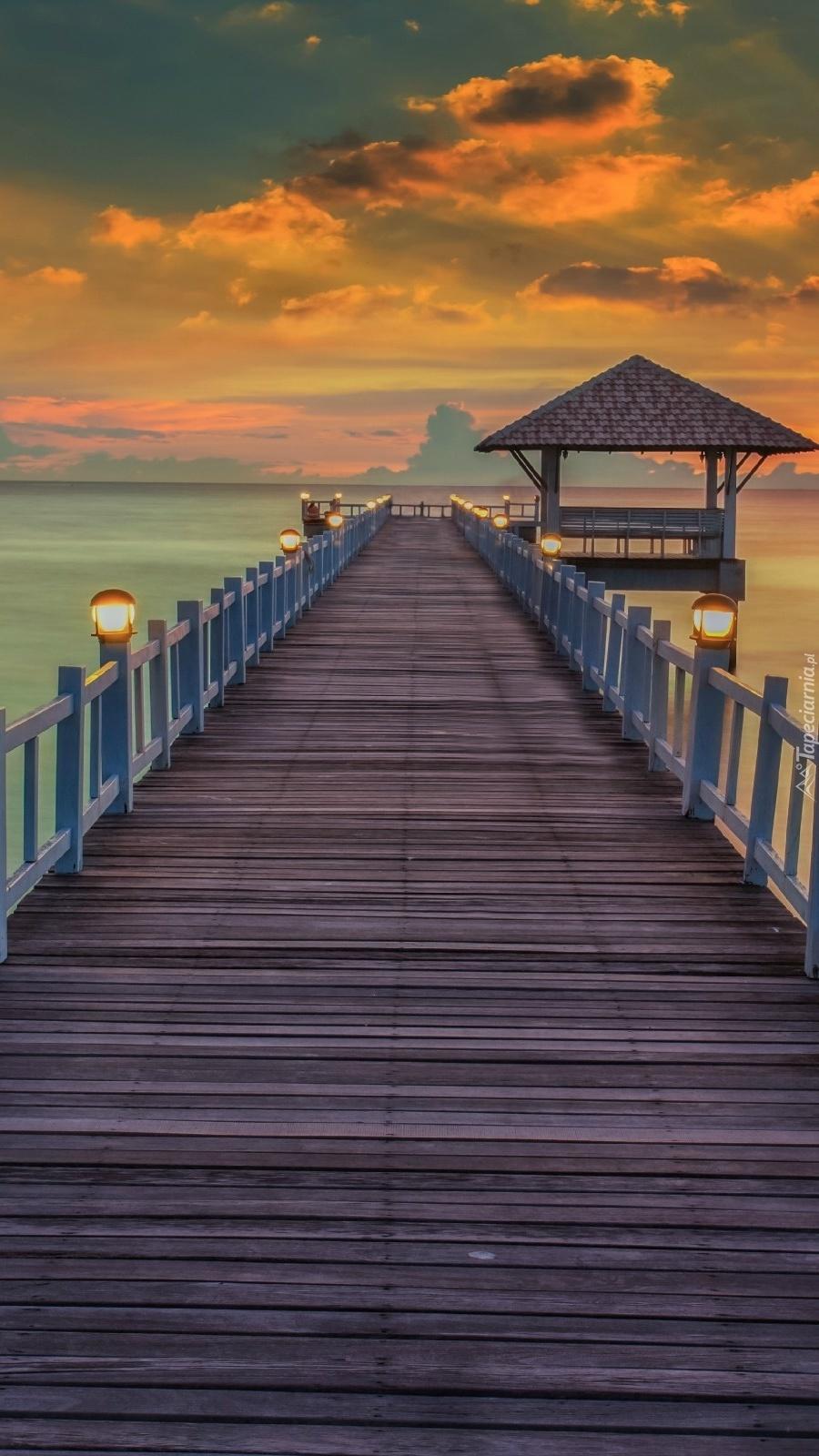 Pomost nad morzem o zachodzie słońca