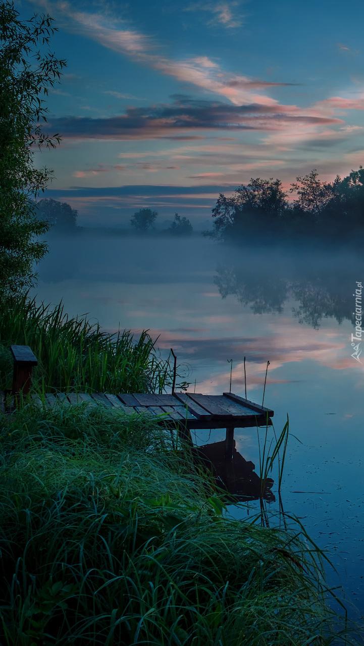 Pomost nad rzeką we mgle