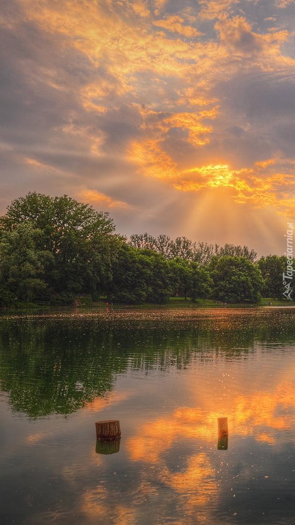 Poranek nad jeziorem