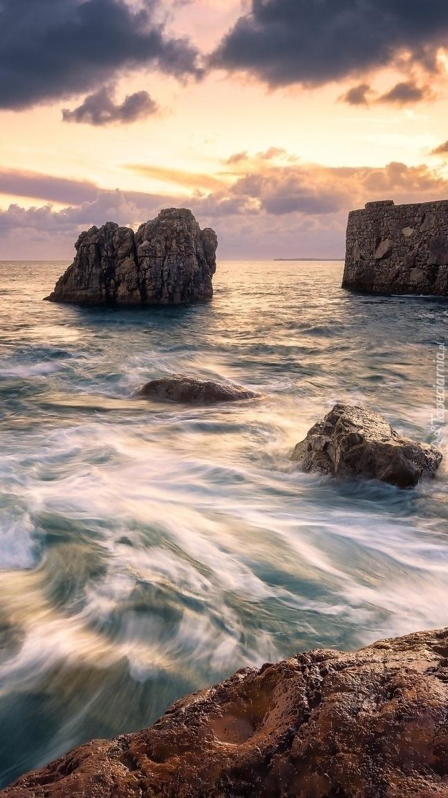 Poranek nad morzem i skałami