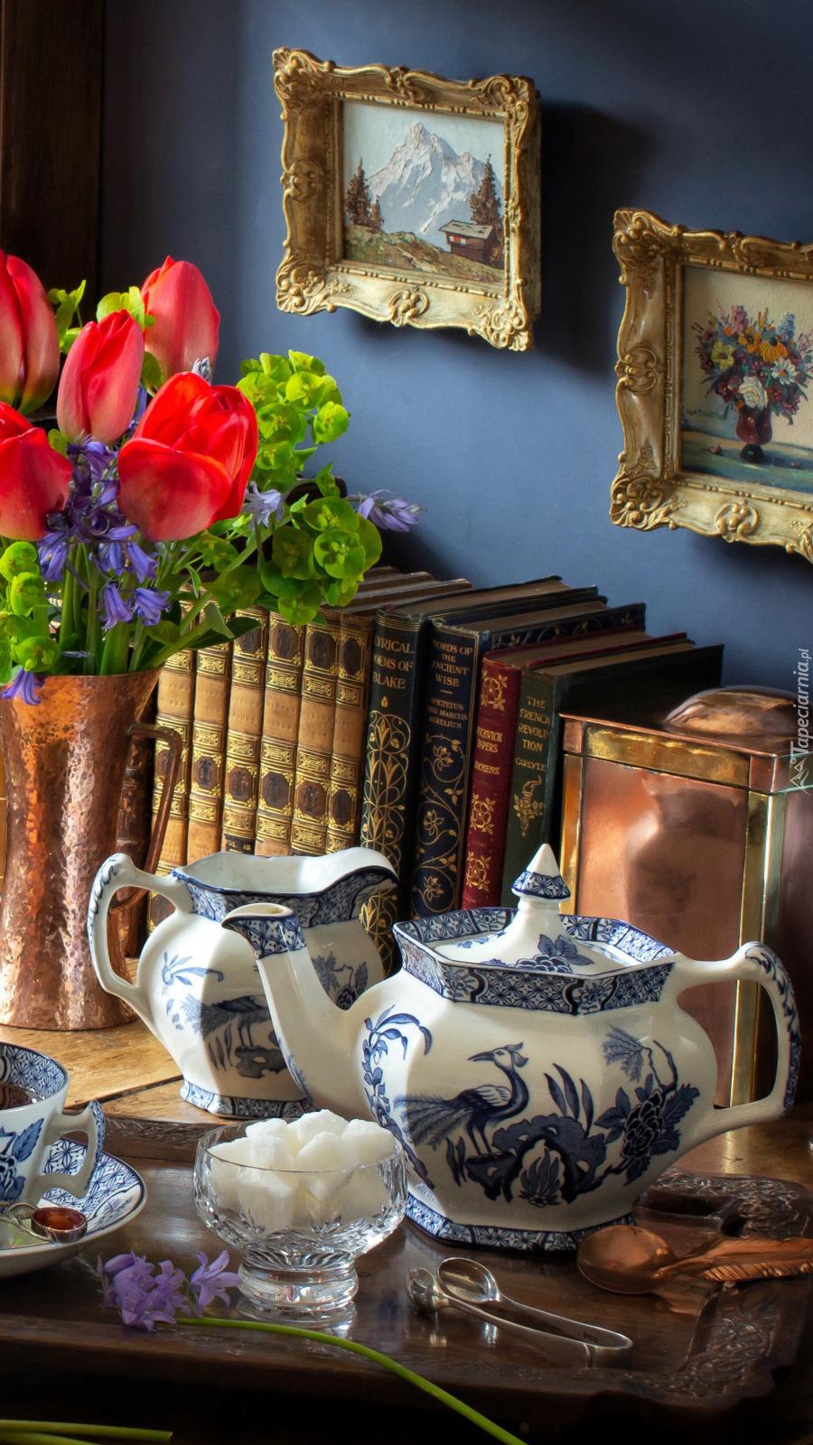 Porcelanowa zastawa przy książkach