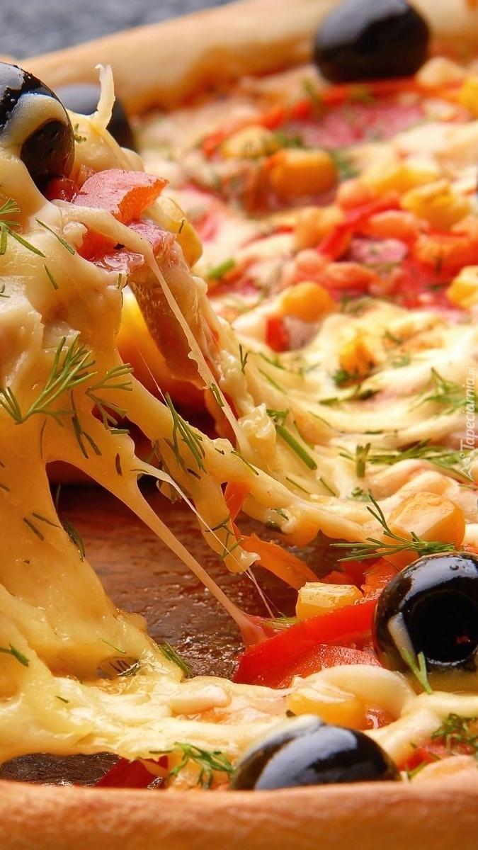Porcja pizzy z serem i dodatkami