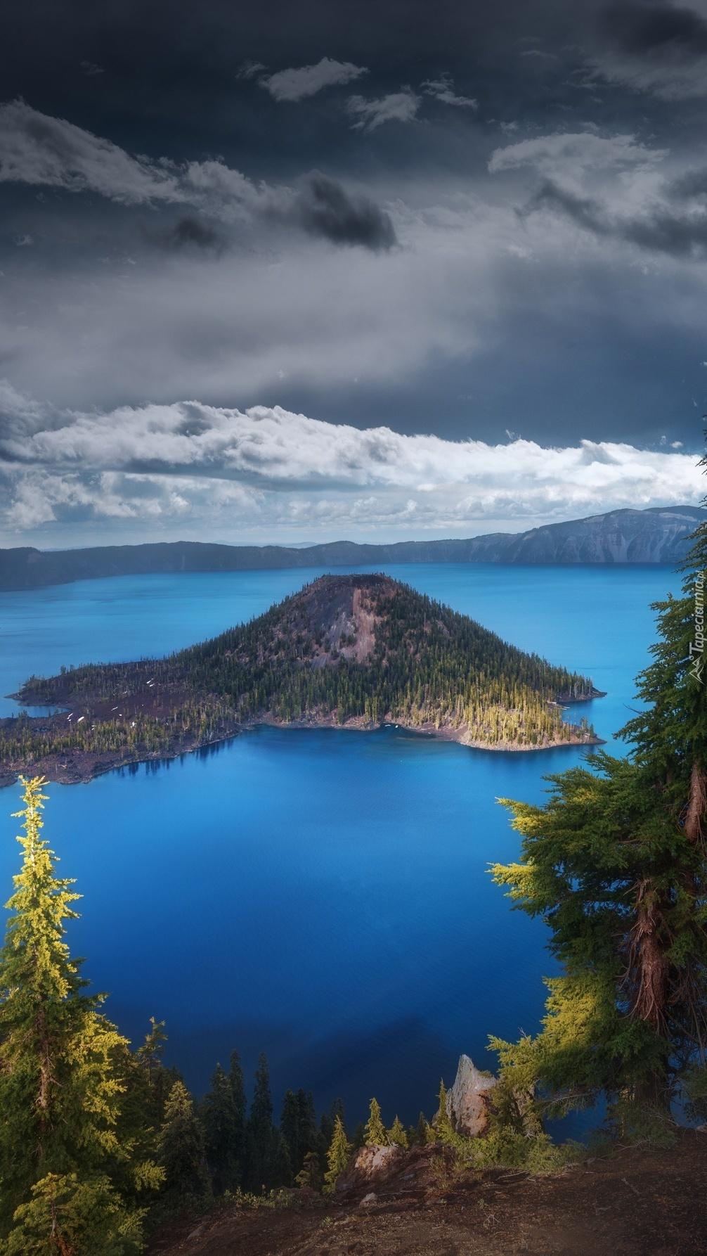 Porośnięta wyspa na jeziorze Kraterowym