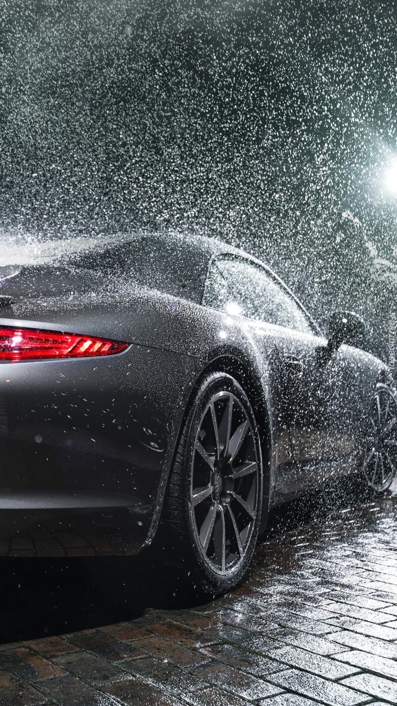 Porsche 911 Turbo całe w deszczu