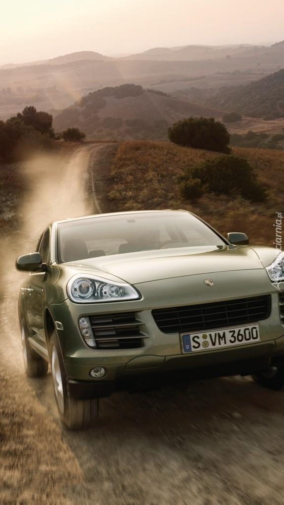 Porsche Cayenne pędzi po bezdrożach