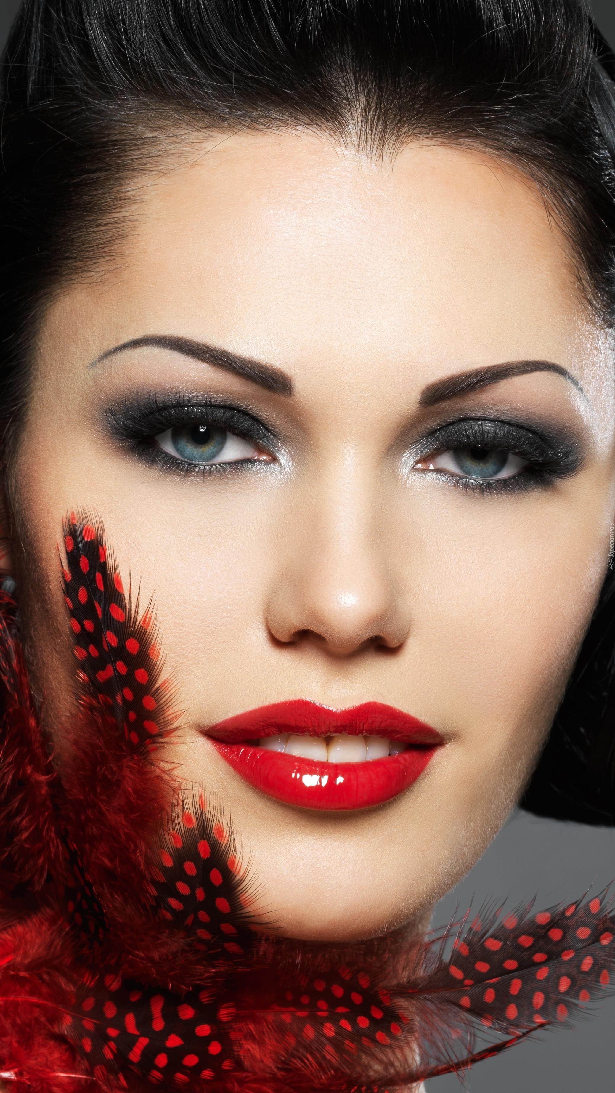 Portret Cristiny Brondo w makijażu