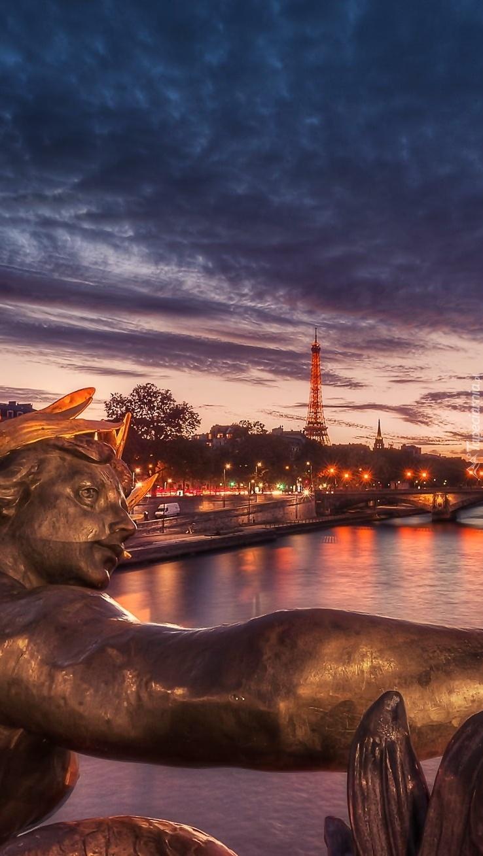 Posąg z widokiem na wieżę Eiffla