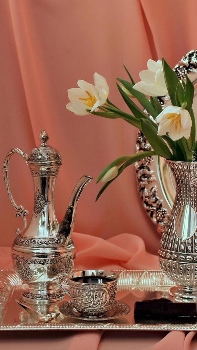 Posrebrzana zastawa i tulipany w wazonie