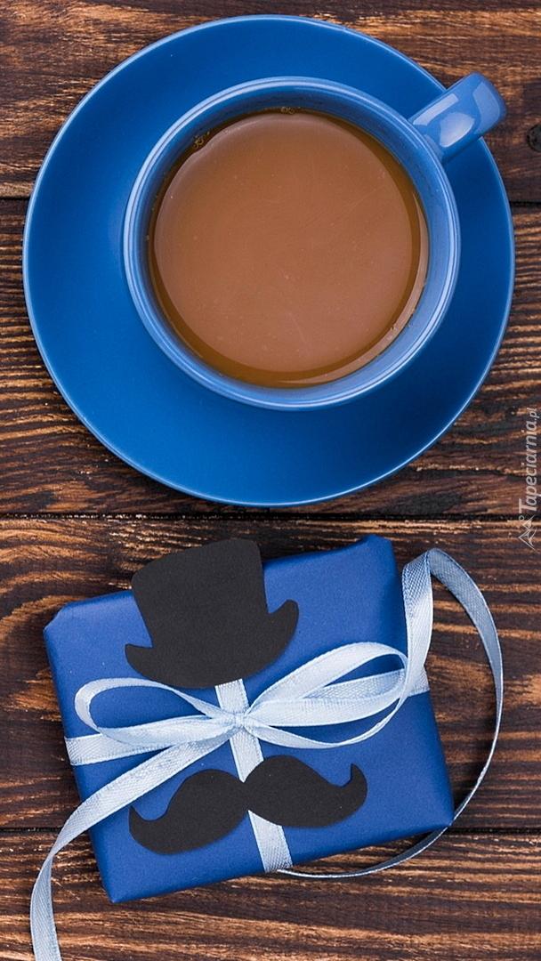 Prezent i filiżanka kawy