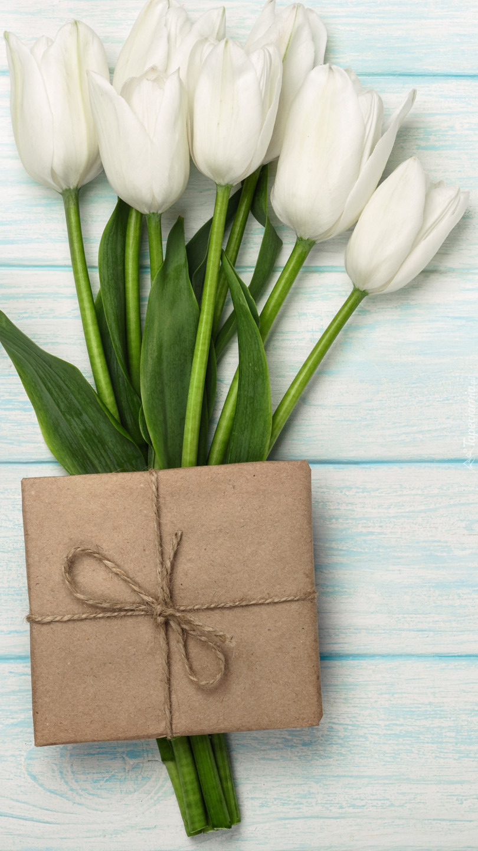 Prezent na białych tulipanach