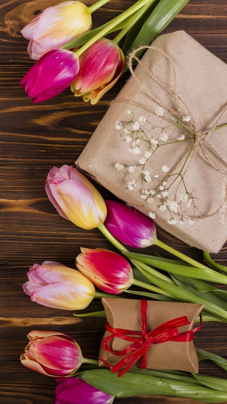 Prezent pomiędzy tulipanami