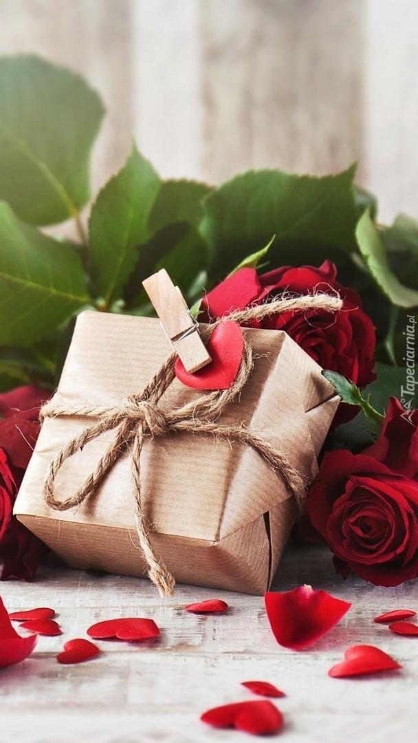 Prezent przy czerwonych różach