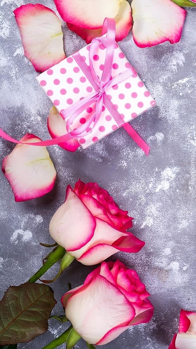 Prezent przy różach