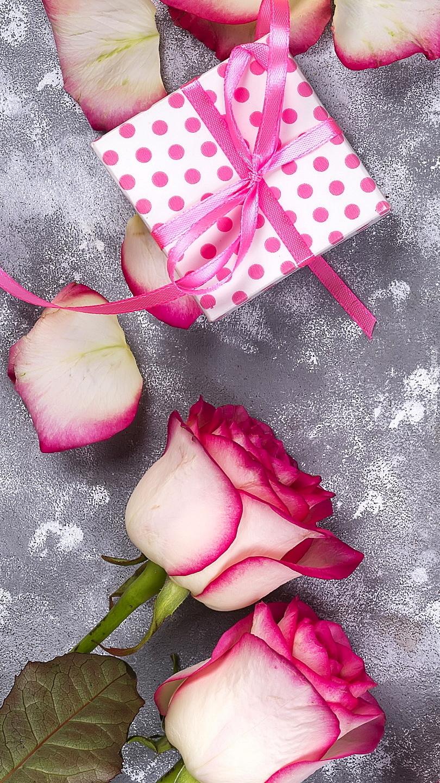 Prezent przy różowo-białych różach