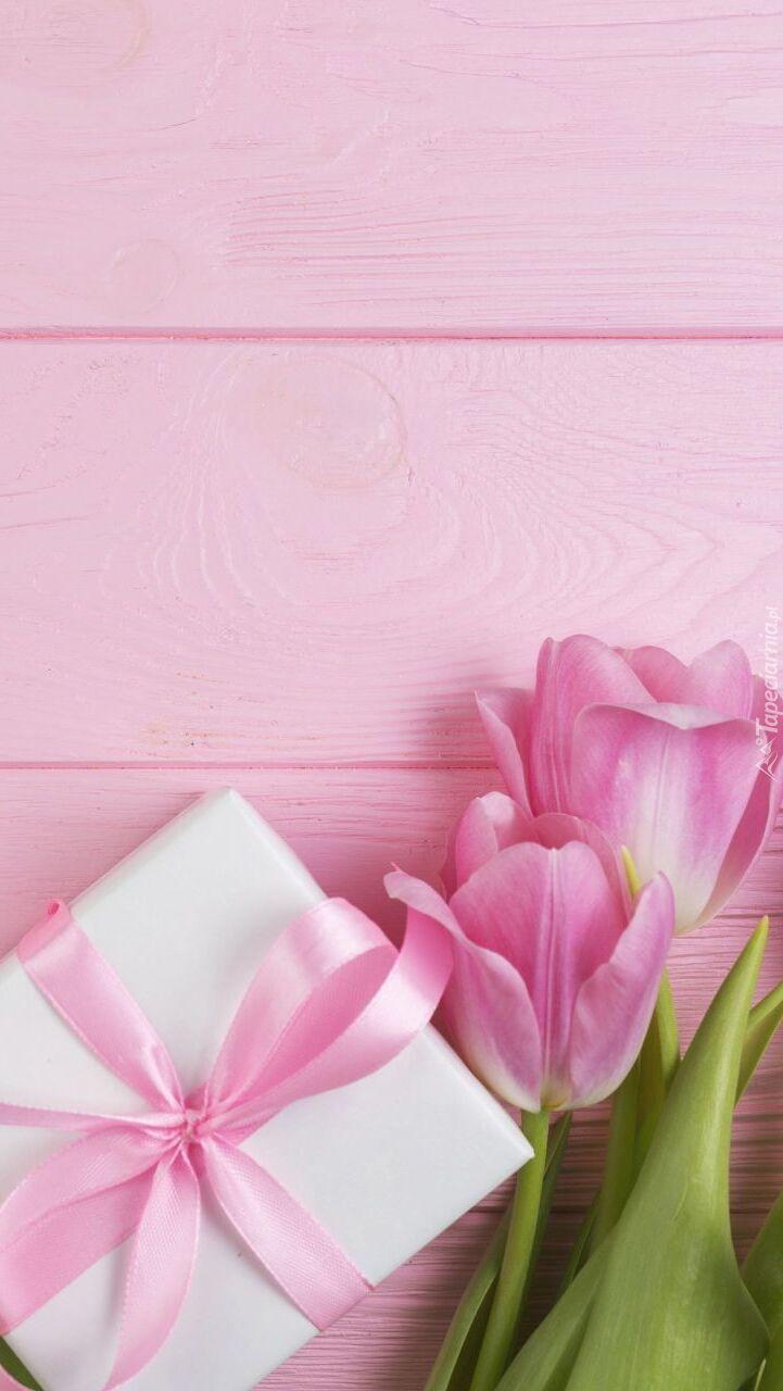 Prezent przy tulipanach