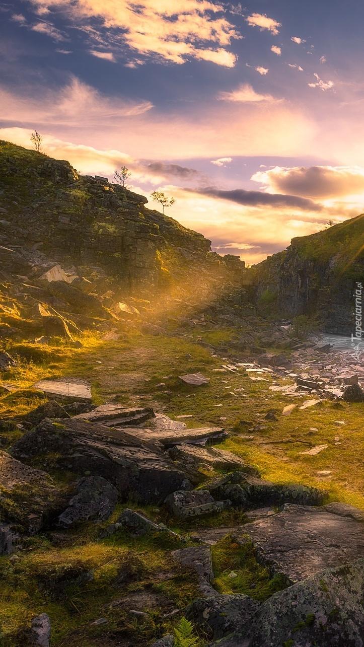 Promienie słońca nad górami
